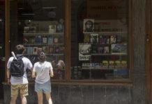 Turistas esperanzados frente a la librería Fayad Jamís . Fotografía de Racso Morejón