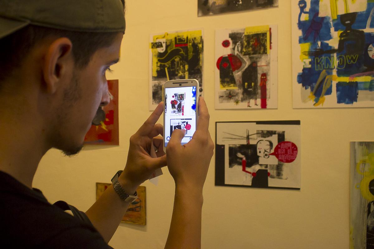 Asistentes admirando la obra de Nelson Ponce. Foto Racso Morejón