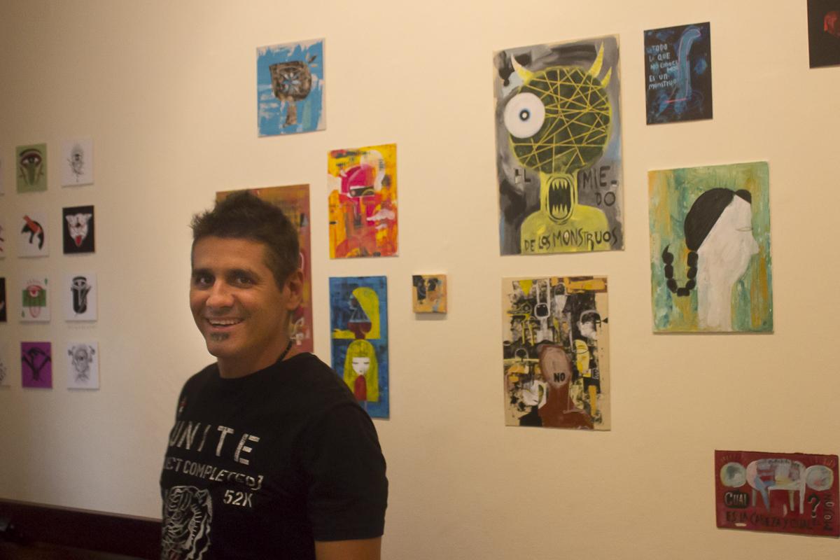 Nelson Ponce marcadamente feliz frente a su exposición. Foto Racso Morejón