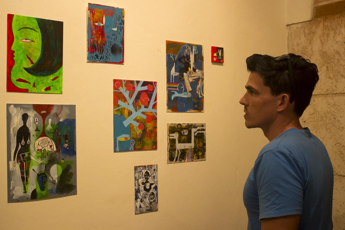 Raúl Medina constatando el otro lado del diseñador. Foto Racso Morejón