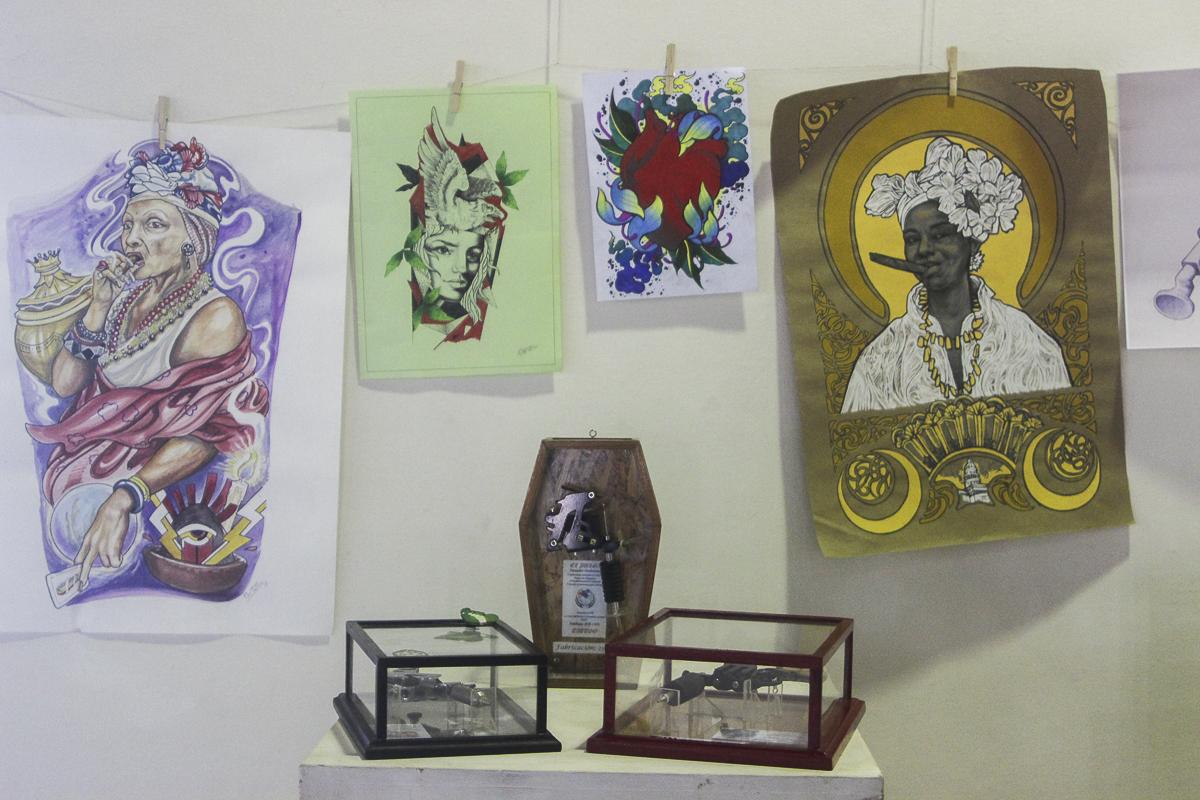 Máquinas de tatuar descontinuadas formaron parte de la muestra expositiva.